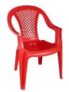 Красное пластиковое кресло для дачи